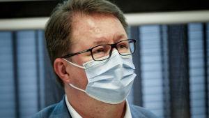 Mika Salminen med munskydd på sig.