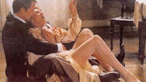 En scen från filmen Offret: Sven Wollter sitter på golvet och håller i Valerie Mairesse.