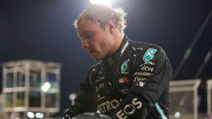 Valtteri Bottas blickar svettigt nedåt.