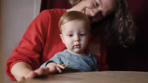 Soiva syli: äiti ja lapsi rummuttaa isoa rumpua