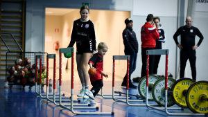 Nico Rönnbergs son Dominic leker med Andreas Rönnbergs dotter Lycke på BK-46 träningar i januari 2021.