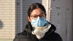En kvinna med munskydd.