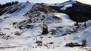 Tomma skidbackar vid skidcentret Sudelfeld i bayerska alperna