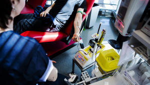 En person donerar blod i Helsingfors i maj 2020.