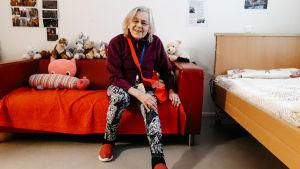 nainen istuu sohvalla hoivakodissa