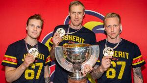 Jokerits Mikko Lehtonen, Marko Anttila och Veli-Matti Savinainen visar upp sina VM-guldmedaljer våren 2019.