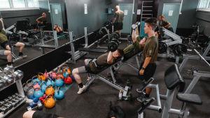 Gymmet i idrottshuset i Nylands brigad är populärt året om.