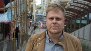 Tuomo Juvonen använder andningsmask enbart när han tar allmänna fortskaffningsmedel. Han är inte orolig för att bli smittad av coronaviruset.