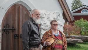 Mies ja nainen seivovat pienen kivikirkon oven edustalla.