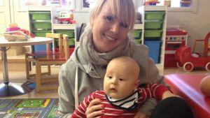 Bettina Lönnholm-Rask med sonen Walter på rådgivningen i Borgå.