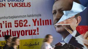 Turkiets president Recep Tayyip Erdogan kastar sin skugga över valet