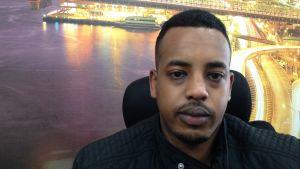 Det händer i alla städer - Mohammed Yassin är inte oroad över våldsamma händelser i hans kvarter.