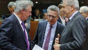 Luxemburgs utrikesminister Jean Asselborn (t.v.), Tysklands inrikesminister Thomas de Maizière och EU:s flyktingkommissionär Dimitris Avramopoulos under EU-mötet för inrikesministrar i Bryssel den 25 februari.2016.