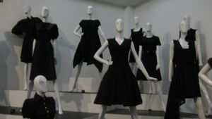 Den lilla svarta i olika versioner på Gemeentemuseum Den Haag 2014.
