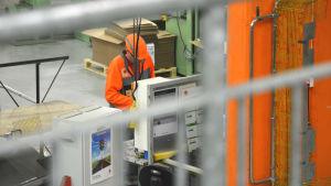Anställd arbetar i Stora Ensos fabrik i Tjöck, Kristinestad.