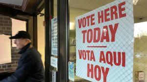 Rösta här i dag, står det på skylten vid ingången till Washington School i Summit, NJ,