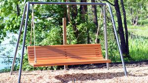 Trädgårdsgunga i en lekpark.