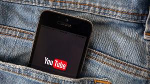 Älypuhelin farkun takataskussa, youtube logo näkyy