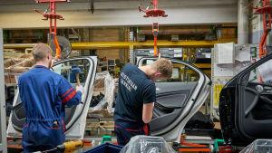 Bildörrar monteras fast på Mercedesbilar på bilfabriken i Nystad.