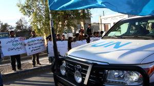 Belägrade civila tog emot FN-konvojen med glädje och med protester mot att regeringen fortsätter att belägra Ghouta
