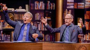 Domare Fredrik Lindström och programledare Kristian Luuk i På spåret