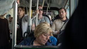 Människor i en buss.