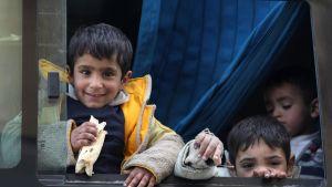 Barn som har evakuerats från östra Ghouta 27.3.2018.