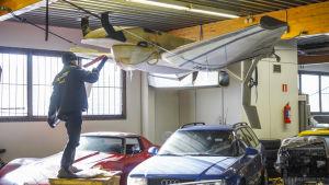 Oskar Elmgren tar bort en bit från en markeffektfarkost som han bygger med sitt företag Elmer Racing.