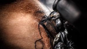 lähikuva tatuoinnin tekemisestä