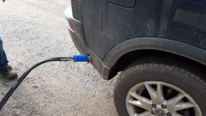 Bil som tankar biogas.