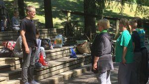 Regissör Dan Söderholm instruerar skådisar