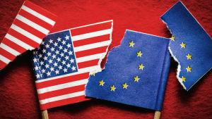 USA:s och EU:s flaggor i bitar