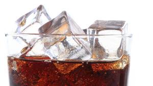 Kall dryck med isbitar i.