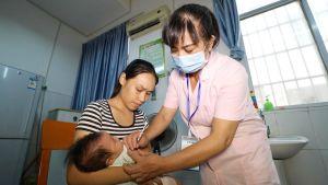 Sjukskötare vaccinerar spädbarn i Kina.