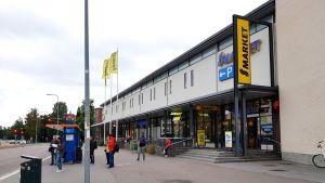 En busshållplats och en livsmedelsaffär i Månsas.