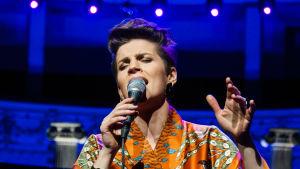 Maria Ylipää sjunger med slutna ögon i programmet Nästan unplugged.