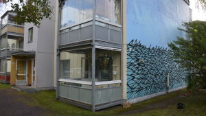 Husbyggnaden med Pojos mural målad på.