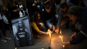 Protestanter tänder ljus vid en minnesstund för den mördade journalisten Viktoria Marinova, Sofia, Bulgarien 8 oktober 2018