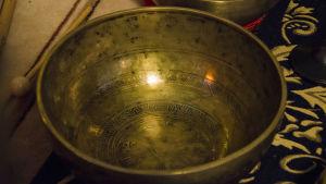 En gyllene tibetansk klangskål