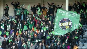 KPV:s fans jublar på läktaren.