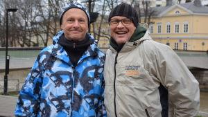 Kai Airo och vännen Ilkka ler mot kameran vid aura å.
