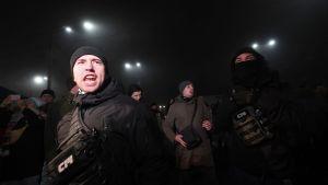 Det var oroligt utanför ryska ambassaden i Kiev på söndag kväll. Flera ukrainska demonstranter samlades utanför ambassaden.