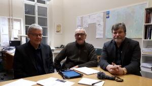 Rune Hagström, Christer Tonberg och  Harri Kotimäki funderar på korsningslösningar