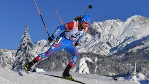 Den ryske skidskytten Alexander Loginov tävlar i bergsmiljö.