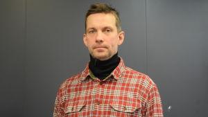 Antti Härkälä mot en grå bakgrund.