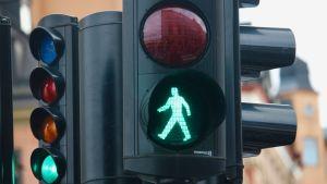 ett trafikljus där det är både grönt för bilister och fotgängare.