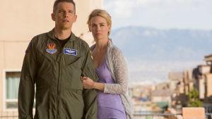 Sotilaspuvussa oleva mies (Ethan Hawke) ja nainen (January Jones) seisovat jonkinlaisella parvekkeella ja katsovat eteensä, jonnekin kauemmas.