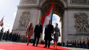 Frankrikes president och hans fru går tillsammans med Kinas president och hans fru.