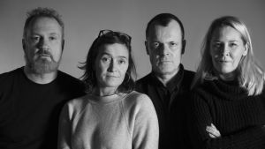 Gruppfoto av skådespelarna i Meningen med livet och andra berättelser.