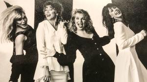 Ainbusk Singers poserar på svartvitt foto i början av sin karriär.